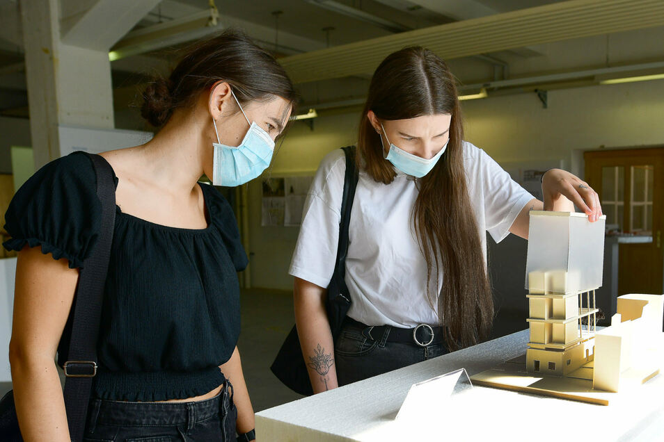 Studentin Paulina Schuster (r.) erklärt ihr Modell für die Zukunft des Haus-Schminke-Areals ihrer Kommilitonin Laura Rother.