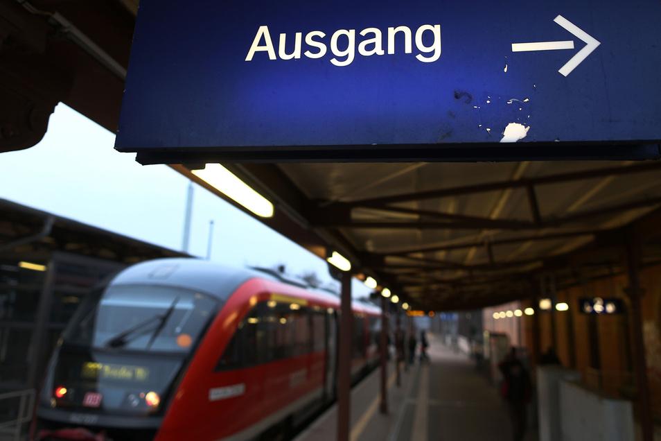 Weiterfahrt mit Ersatzbussen: Von Radeberg aus fahren in Richtung Kamenz nur noch Busse. Sie starten im Stundentakt vom Bahnhofsvorplatz und brauchen etwas länger als die Züge der Städtebahn.