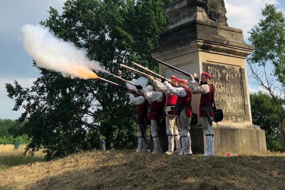 Mitglieder des Vereins Churfürstlich-Sächsisches 3. Kreisregiment feuern am Zeithainer Obelisken Salutschüsse ab.