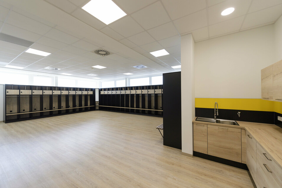 Das neue Heiligtum der Mannschaft: Hier werden sich die Spieler vor und nach den Trainingseinheiten umziehen. Ihnen wird es dabei an nichts fehlen. Sogar eine kleine Küche ist eingebaut.