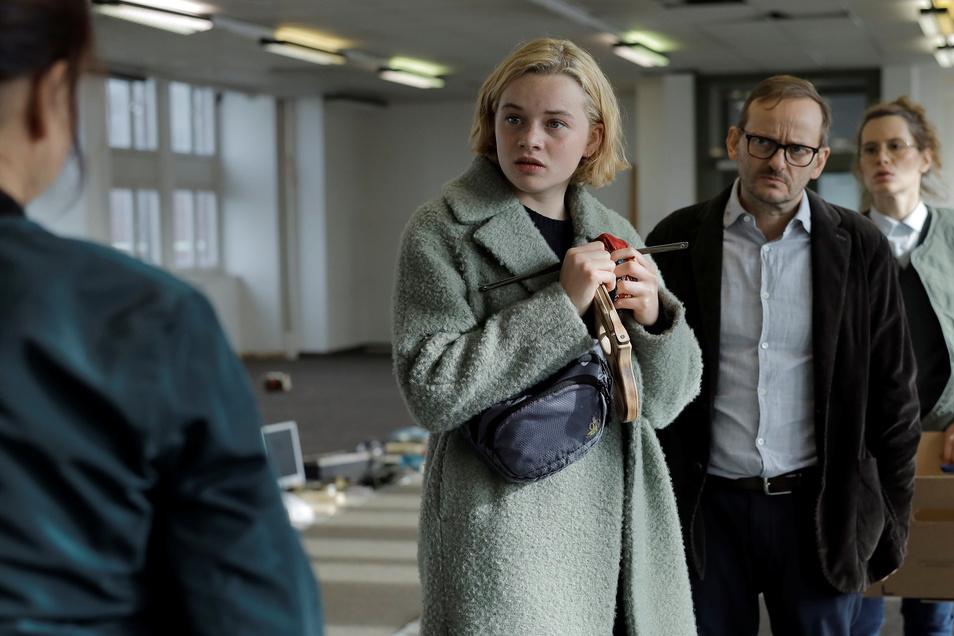Maxi (Luna Wedler) und ihr Vater (Milan Peschel) suchen in den Resten des Hauses ihre Besitztümer zusammen.