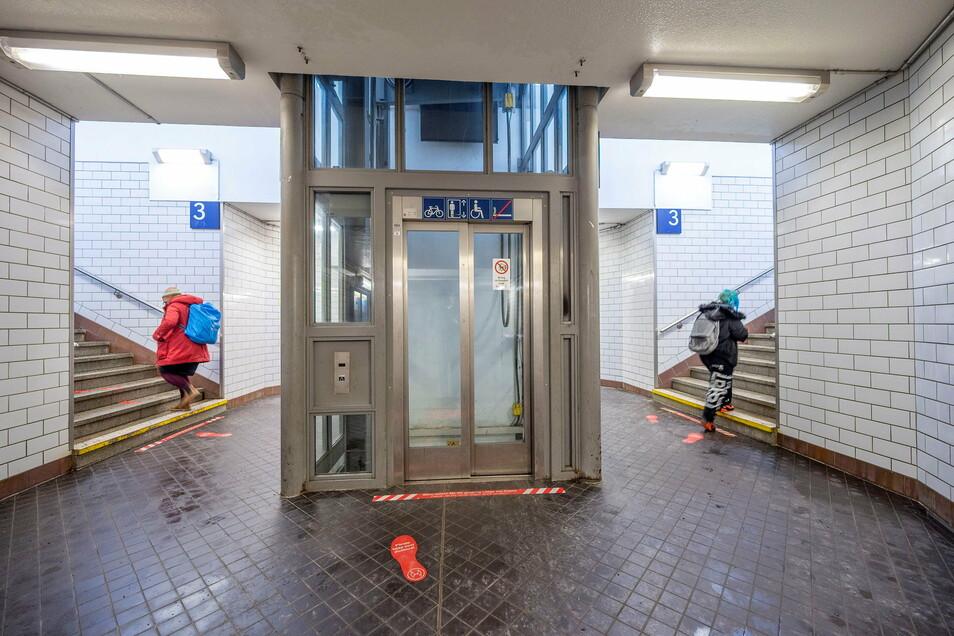 Auch Leute mit schwerem Gepäck nutzen gern die Aufzüge am Riesaer Bahnhof, so wie diesen hier, der zu den Bahnsteigen 2 und 3 führt.