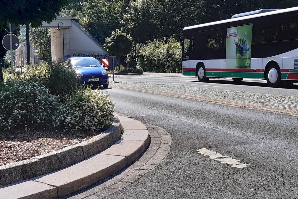 Ausfahrt am Waldheimer Bahnhof: Die Sicht ist durch einen Busch eingeschränkt. Aus Richtung Zentrum kommende Fahrzeuge sind erst spät zu sehen.