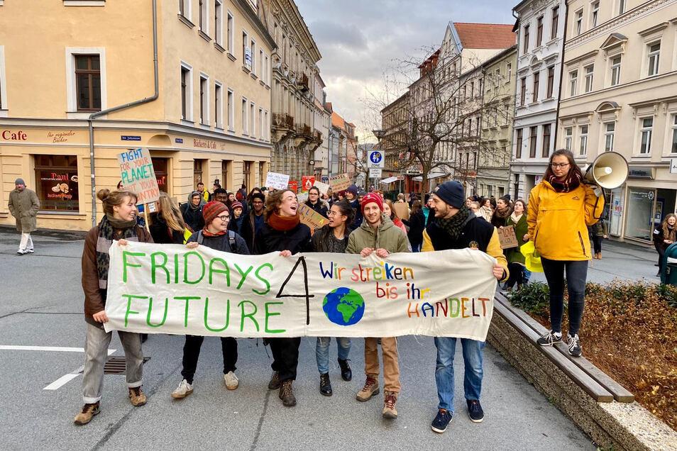 Rund 100 junge Menschen demonstrierten am Freitag in Zittau bei Fridays for Future.