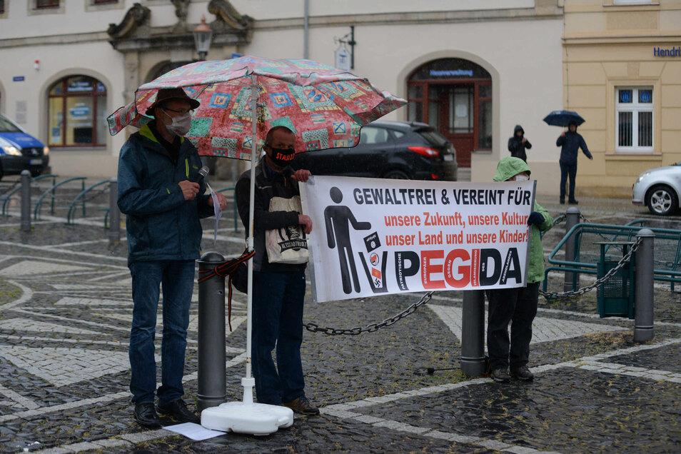 Gegen 18.30 Uhr haben am Herkulesbrunnen die Pegida-Freunde erneut gegen die Beschneidung der Grundrechte demonstriert.