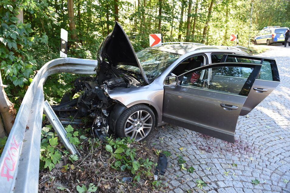 Am Auto entstand Totalschaden. Es musste abgeschleppt werden.