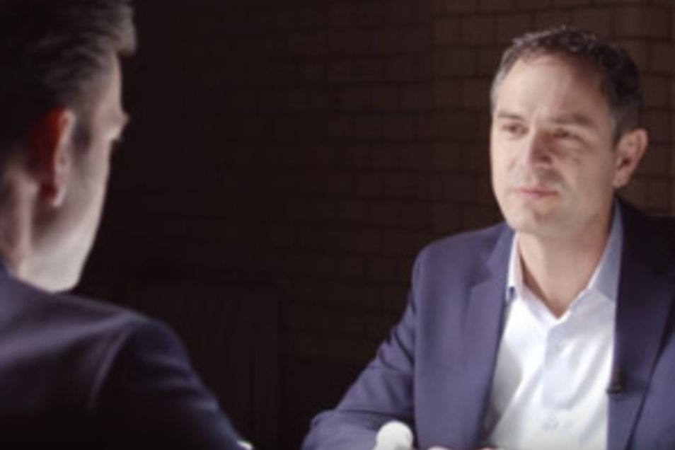 Auf KenFm interviewte Jebsen den Schweizer Historiker Daniele Ganser und übernahm dessen Verschwörungstheorie, laut der die US-Regierung die Anschläge vom 11. September 2001 selbst organisiert hat.
