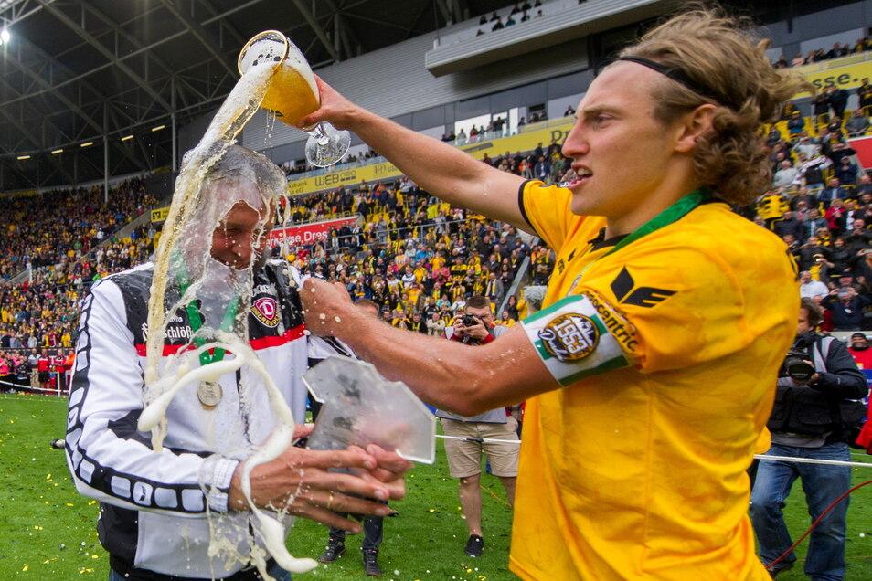 Er durfte sogar den Trainer nass machen: Michael Hefele erteilt Trainer Uwe Neuhaus nach der Siegerehrung des Meisters der 3. Liga im Mai 2016 eine Bierdusche.