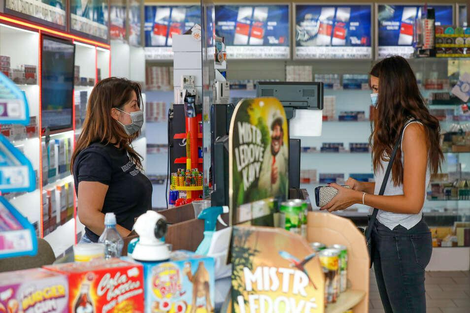 Katka Slukova hinterm Ladentisch des Duty-Free-Shops in Hradek nad Nisou (Grottau) ist verzweifelt.