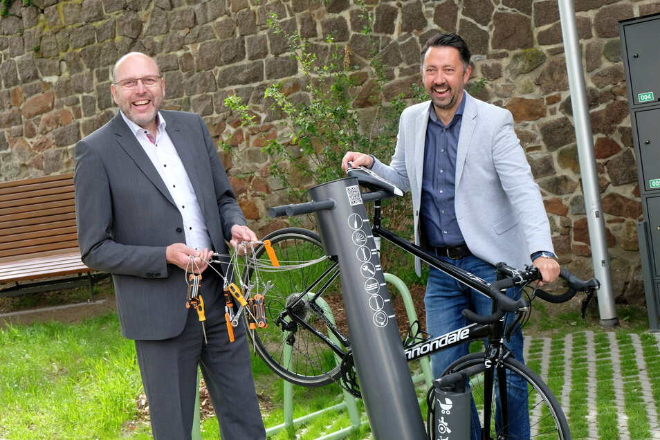 """Oberbürgermeister Olaf Raschke (links) freut sich über die gut ausgestattete Servicestation: """"Sogar mit 15er-Schlüssel: Den findet man sonst nicht mal im Werkzeugkoffer."""""""