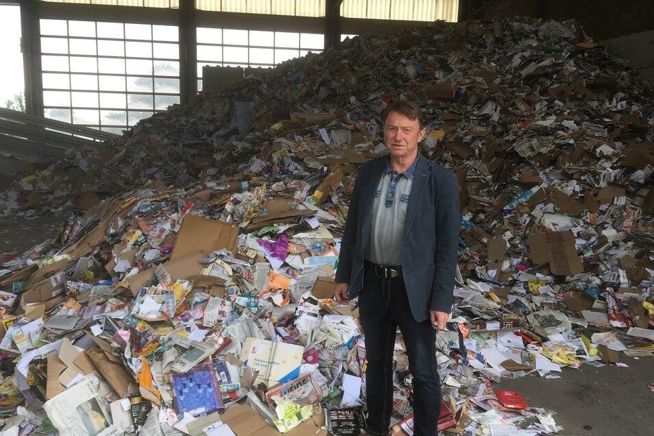 EGLZ-Geschäftsführer Frank Ritter in der neuen Müll-Umladestation in Lawalde. Dort werden auch große Mengen Altpapier umgeladen.