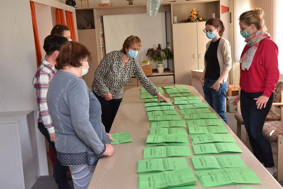 Der Wahlausschuss der Gemeinde Hermsdorf/E. zählt die abgegebenen Stimmzettel zur Bürgermeisterwahl am Sonntag. Die allermeisten wurden für Andreas Liebscher abgegeben.