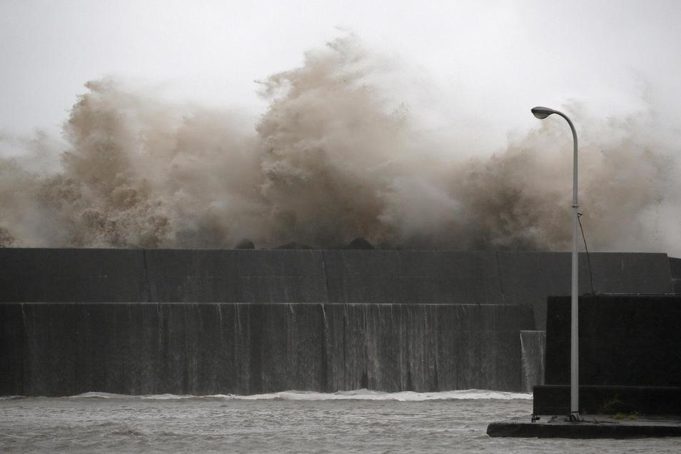 Hohe Wellen treffen auf die Küste Japans.