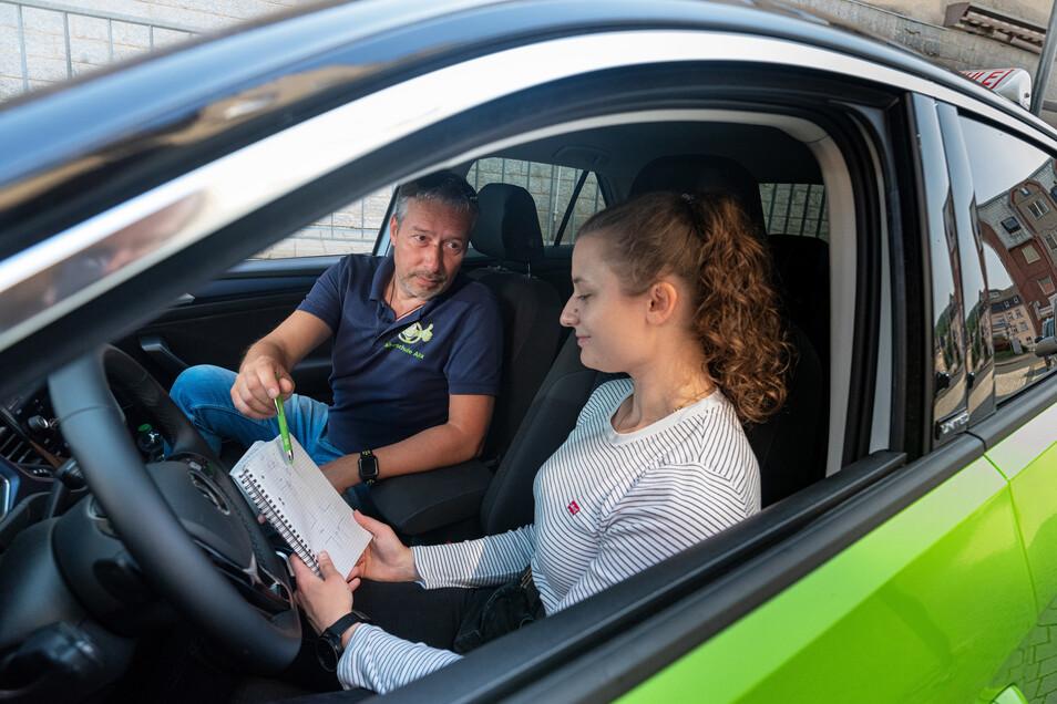 Sitzen die Vorfahrtsregeln noch? Die 19-jährige Justine Grandke lernt das Autofahren bei Alexander Köbe in Döbeln. Ihr Lehrgang hat sich durch Corona-Zwangspause um drei Monate verlängert.