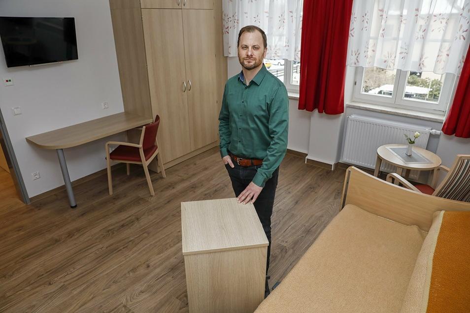 """Der Geschäftsführer der Zittauer Alten- und Pflegeheim GmbH """"St. Jakob"""", Raik Urban, in einem Zimmer des neuen Pflegeheimes """"Am Weinaupark""""."""