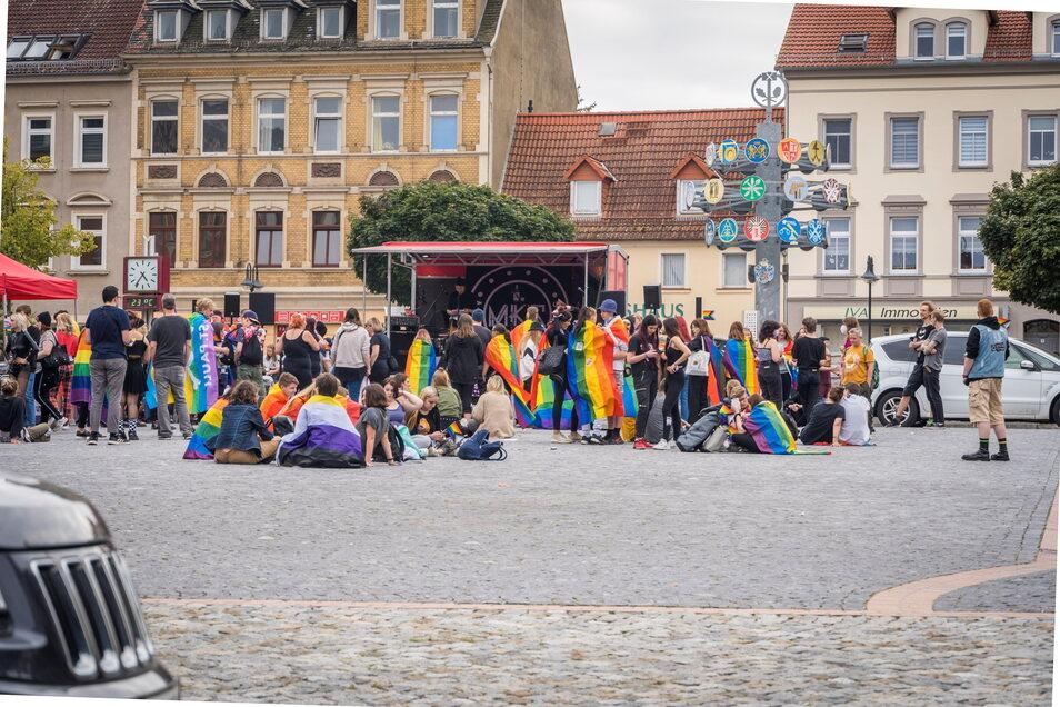 Die zentrale Kundgebung beim ersten Riesaer Christopher Street Day fand, ebenso wie Konzerte, auf dem Rathausplatz statt. Die Veranstalter zählten eigenen Angaben zufolge 250 Teilnehmer.