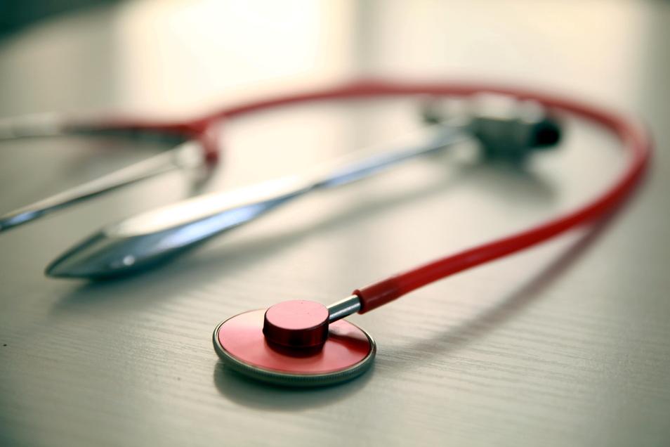 Vielerorts auf dem Land müssen Patienten lange auf einen Arzttermin warten, weil Mediziner fehlen. Sächsische.de geht der Frage nach, was dagegen getan wird - und was es bringt.