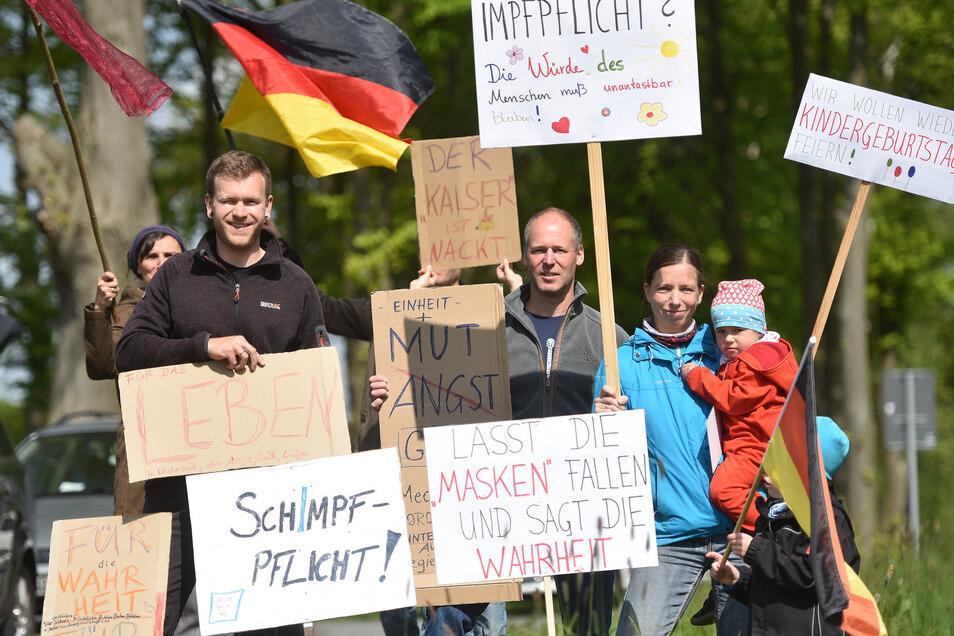 Vorwiegend junge Familien standen mit Transparenten am Landberg bei Oderwitz.