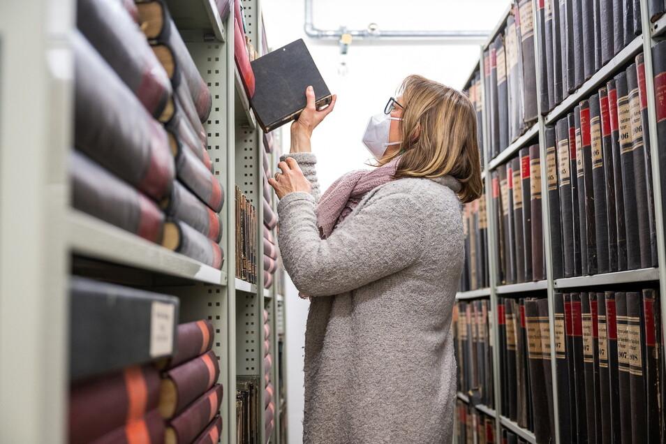 Karin Stichel im Zeitungsarchiv der Oberlausitzer Bibliothek der Wissenschaften. Hier werden alle seit 1799 erschienenen Görlitzer Zeitungen in Bänden gesammelt.