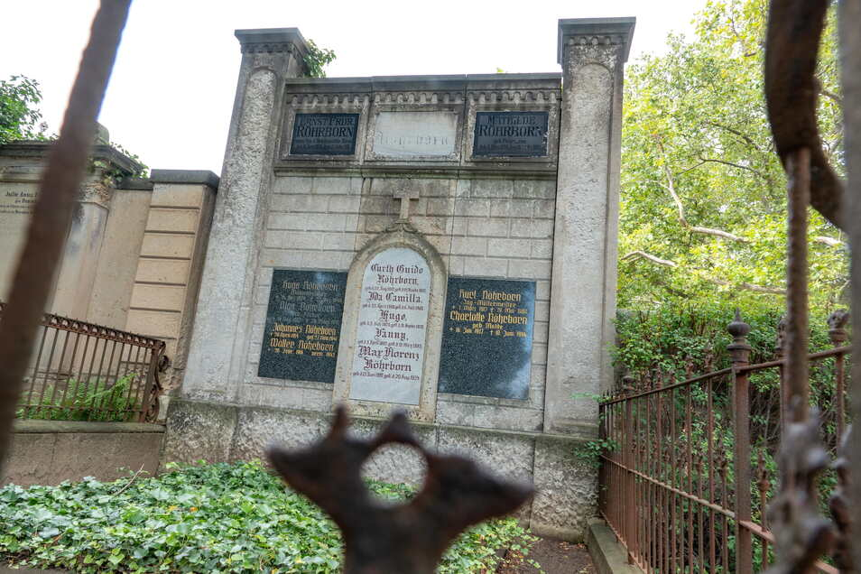 Das Familiengrab der Röhrborns liegt direkt am Eingang zum Friedhof aus Richtung Poppitzer Platz.