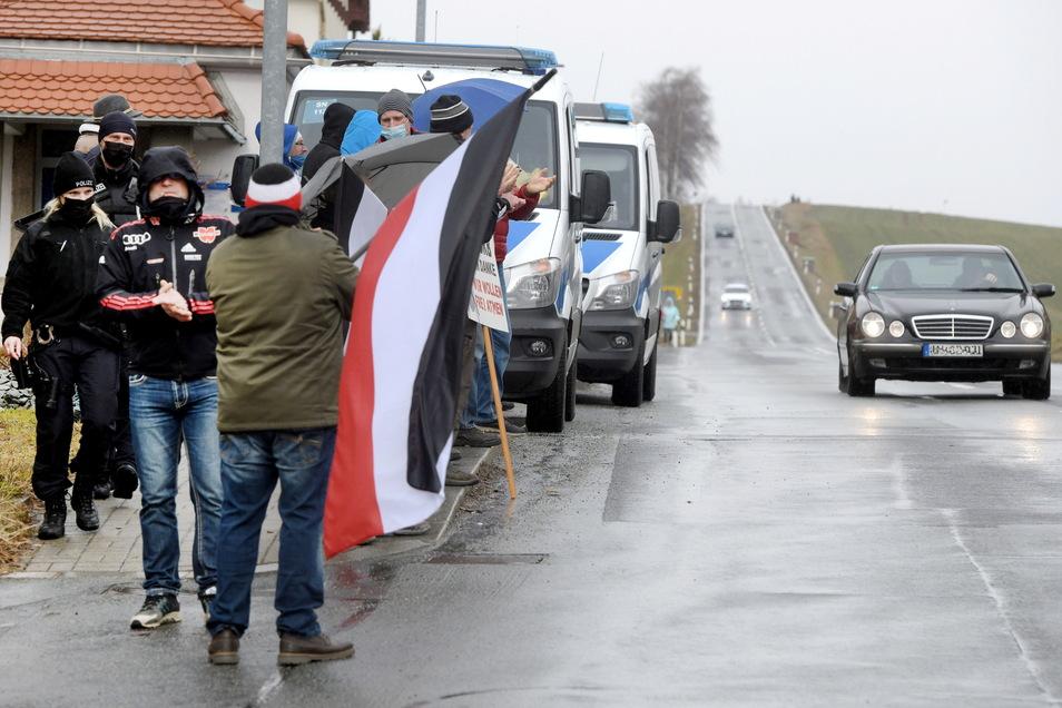 """Den """"Stillen Protest"""" jeden Sonntag an der B96 verfolgt auch die Polizei - und schreitet bei Bedarf ein."""