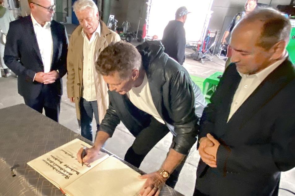 David Hasselhoff, Henry Hübchen, Regisseur Christian Alvart und Produzent Siegfried Kamml trugen sich am Montag ins Goldene Buch der Stadt Görlitz ein.