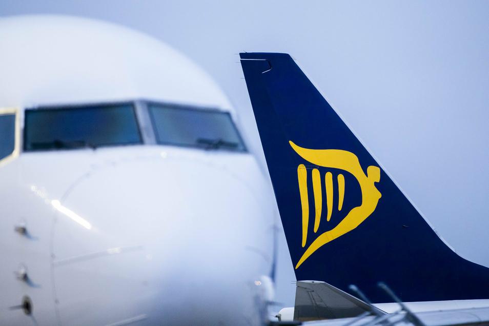 Flugzeuge der irischen Airline Ryanair stehen auf dem Vorfeld des Flughafens Weeze.