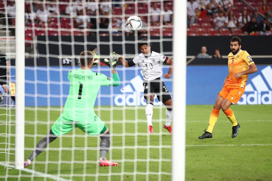 Kein langes Federlese: Serge Gnabry (M) trifft in der 6. Minute zum 1:0 für die deutsche Auswahl.