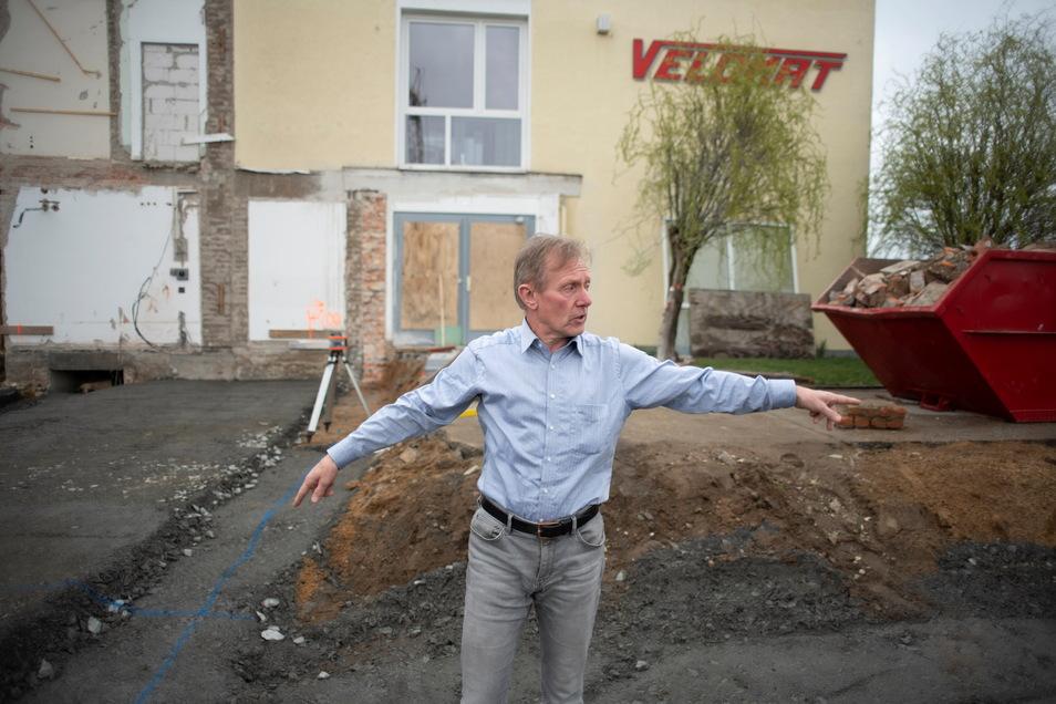 Hier wird erweitert: Velomatchef Uwe Schleichert erklärt, wie der Neubau angelegt wird.