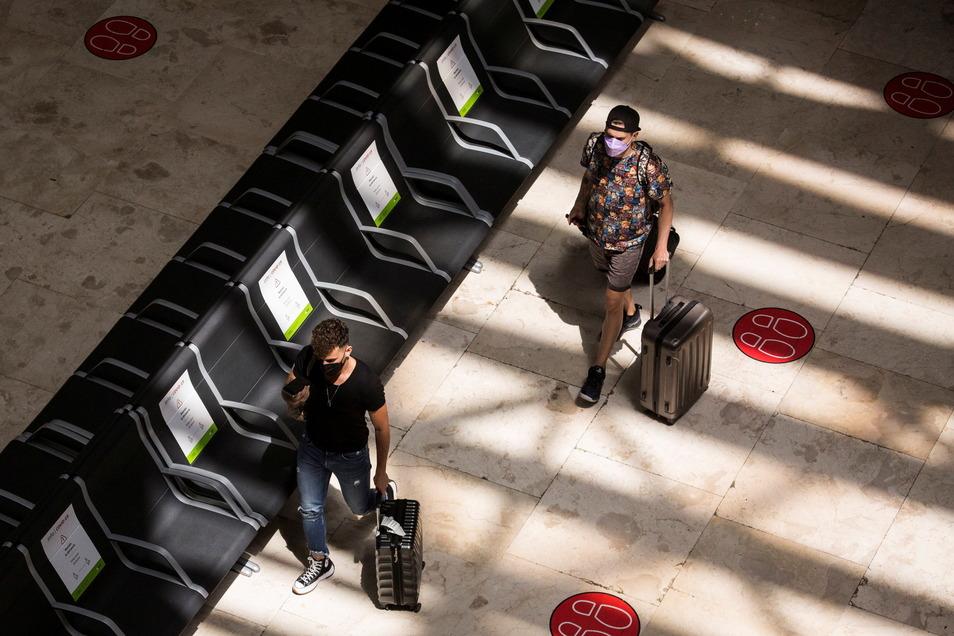Fluggesellschaften, Bus- und Bahnunternehmen dürfen ab Sonntag nur noch deutsche Staatsbürger oder in Deutschland lebende Personen von Großbritannien aus nach Deutschland befördern.
