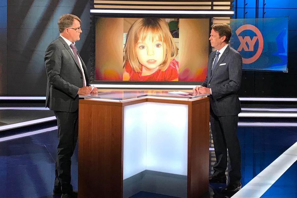 """Christian Hoppe (l) vom Bundeskriminalamt im Gespräch mit Moderator Rudi Cerne in der ZDF-Sendung «Aktenzeichen XY... ungelöst», bei der es um dias vermisste Mädchen """"Maddie"""" geht.."""