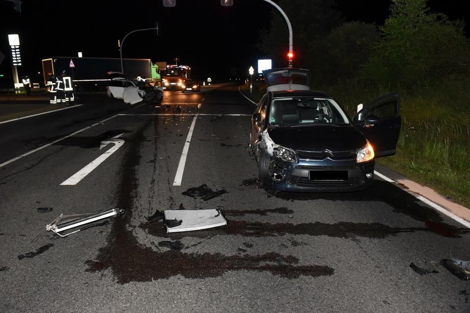 Auch am Citroën entstand erheblicher Sachschaden. Mehrere Flüssigkeiten sind ausgelaufen, die die Feuerwehrleute aufnehmen mussten.