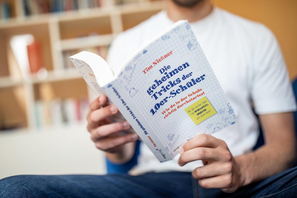 Tim Nießner: Die geheimen Tricks der 1,0er-Schüler. Wie du in der Schule richtig durchstartest, 304 Seiten, Euro 14,99, - ISBN: 978-3-7474-0168-2, 14,99 €