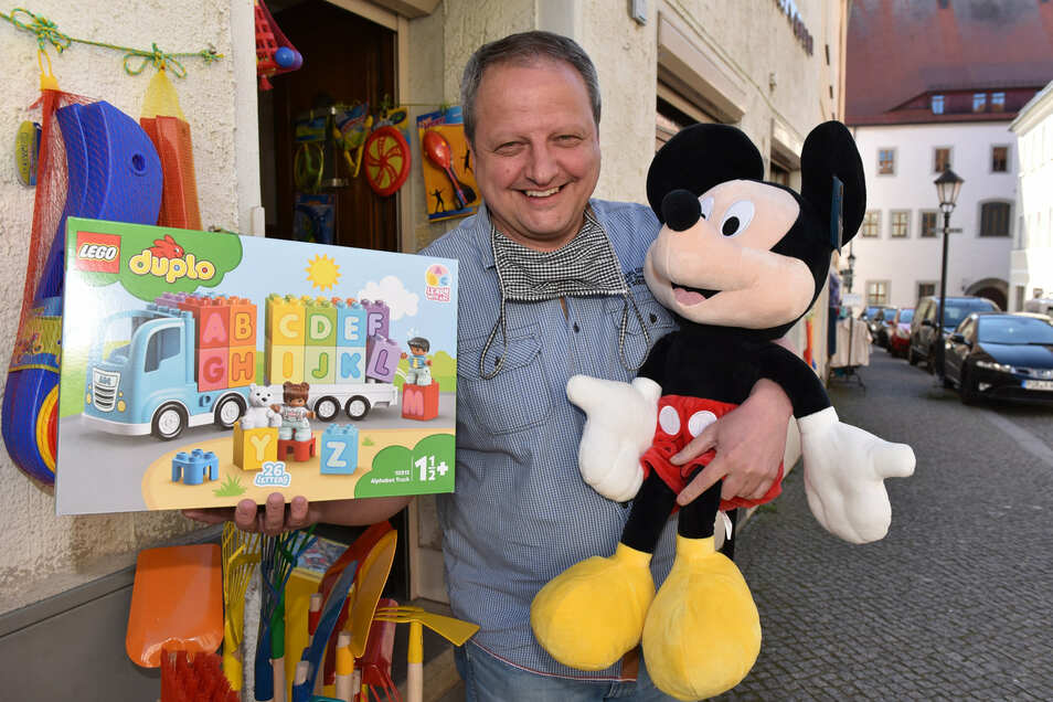 Jens Tennert von Spielwaren Benedix in Dippoldiswalde ist den Kunden dankbar, die auch während der Schließzeit die Treue gehalten haben.