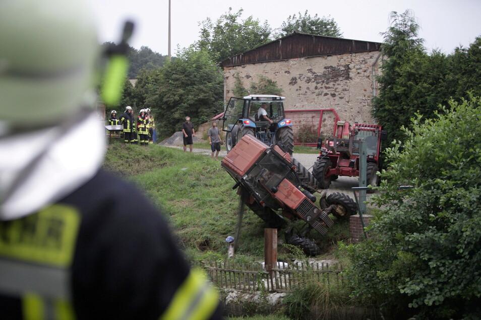 Bergungsarbeiten am Samstag in Crotta (Gemeinde Müglitztal). Dort war ein Traktorfahrer mit seinem MTZ 50 verunglückt. Er trug schwere Verletzungen davon ebenso wie andere Fahrzugführer an diesem Tag.