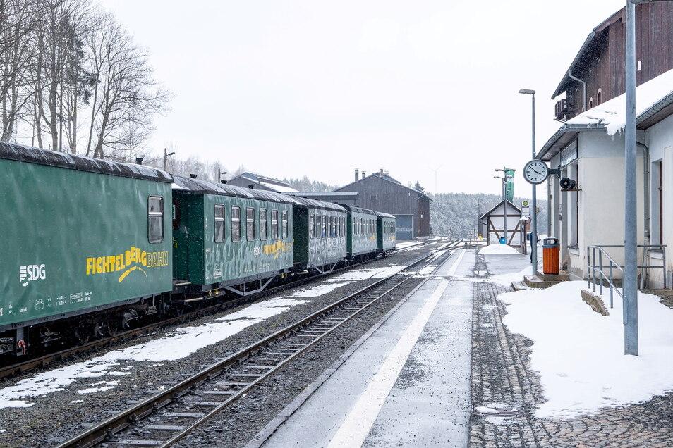 Im Sommer kommen am Bahnhof von Oberwiesenthal Wanderer an - im Winter eher Skifahrer.