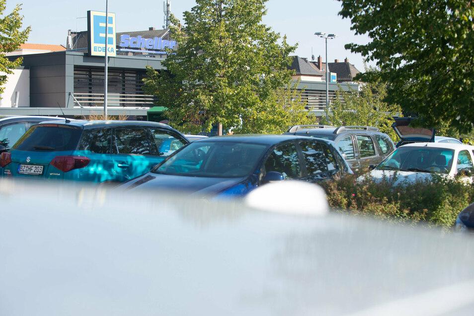 Dicht an dicht stehen die Autos auf dem Parkplatz an der Oberstraße in Radeberg. Die Stellflächen reichen nicht aus. Auf dem Areal könnte ein Parkhaus errichtet werden, schlagen Autoren einer Studie vor.