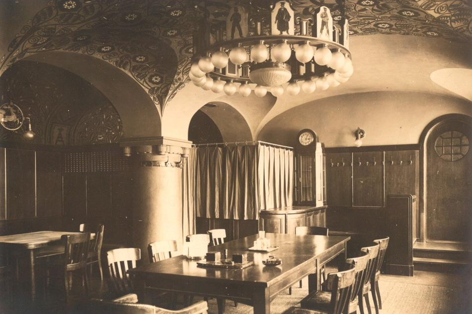 So sah der Ratskeller in den 1920ern aus. Erhalten sind heute Teile der Holzvertäfelung und die Bleiglasfenster. Das Gestühl wurde nachgebaut.