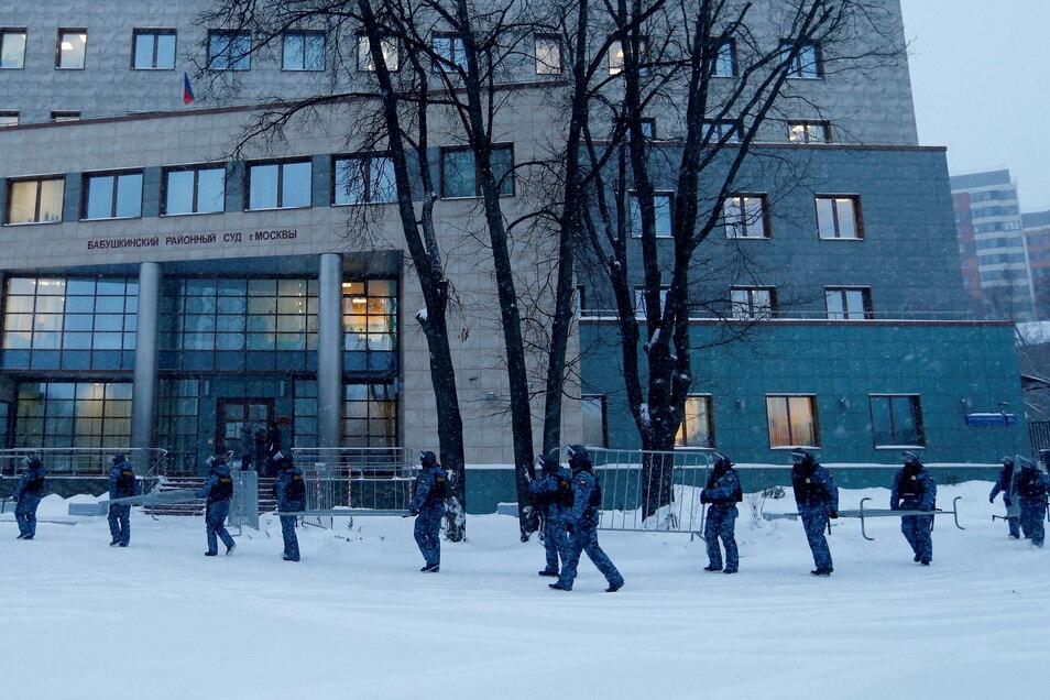 Polizisten errichten Absperrgitter am Babuskinsky Bezirksgericht vor Beginn des Prozesses.