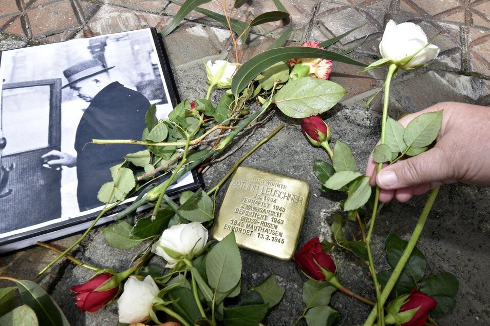 """Ein neuer Stolperstein in der Bramschstraße 2 erinnert an Arthur Leuschner. Er stand als """"Querulant"""" dem Nationalsozialismus kritisch gegenüber und musste deshalb ins Konzentrationslager."""