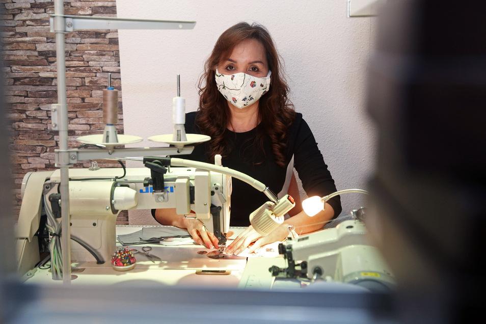 In der Änderungsschneiderei zwischen Modehaus Haase und Parfümerie Vitalis in Riesa werden Masken genäht und verkauft. Nguyen Vanque erzählt, dass zuerst für Bekannte gearbeitet wurde, seit Montag auch für Kunden. 15 Masken gab es zum Start - die waren am