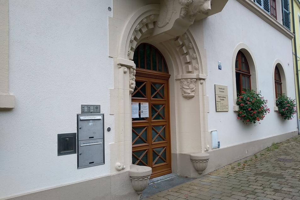 Links neben der Tür zum Glashütter Rathaus befindet sich der sogenannte Amtsbriefkasten.