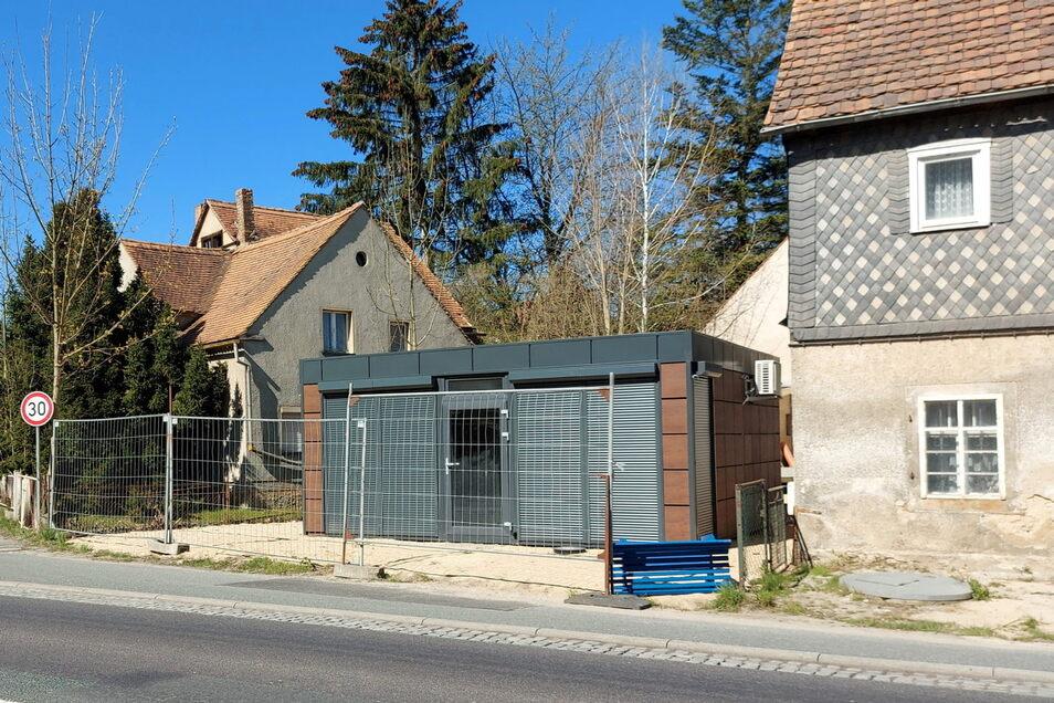 Dieser Container steht in Großschweidnitz gegenüber der ehemaligen Gaststätte Schwimmer. Er ist illegal errichtet worden.