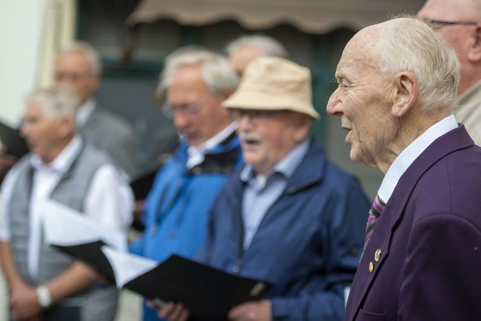 """Konrad Dachsel singt zu seinem eigenen Ständchen mit und bietet auch noch solo die """"Sächsische Lorelei dar"""". Das Singen ist für den Senior ein wahrer Jungbrunnen."""