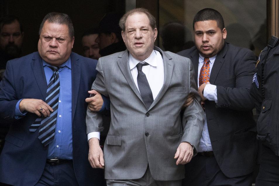 Harvey Weinstein (Mitte) vor einer Gerichtsanhörung in New York.