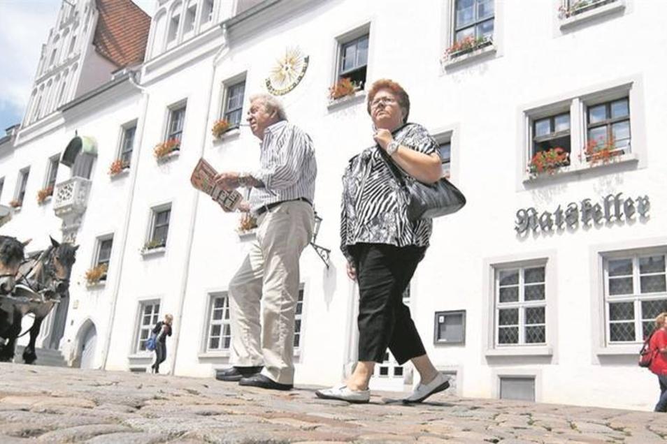 Noch gehen die Touristen am Meißner Ratskeller vorbei. Schon bald aber sollen sie dort wieder einkehren können. Drei Bewerber haben sich für den Betrieb der Gaststätte im Rathaus beworben. Doch bis zu einer Neueröffnung ist in dem Gewölbe noch viel zu tun