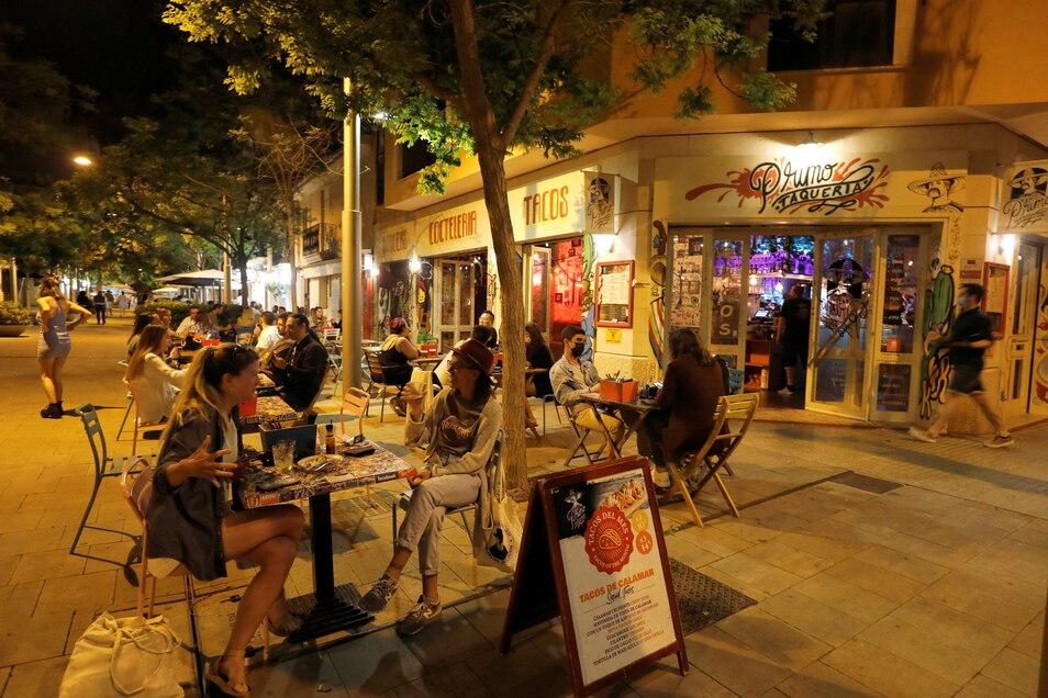 Kunden sitzen auf der Terrasse einer Bar in Palma de Mallorca. Außengastronomie kann jetzt zwischen 6 und 22:30 Uhr mit voller Kapazität öffnen, bald auch Innen.