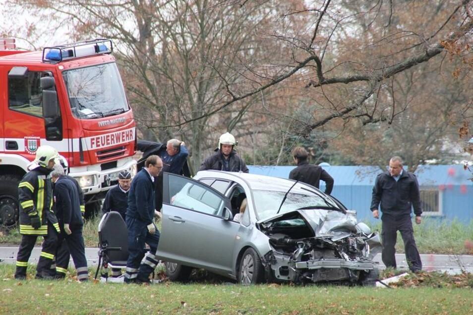 Die Frau kollidierte in Hoyerswerda auf der B 96 zwischen Elsterstraße und Einsteinstraße mit ihrem Auto frontal mit einem Lastwagen.