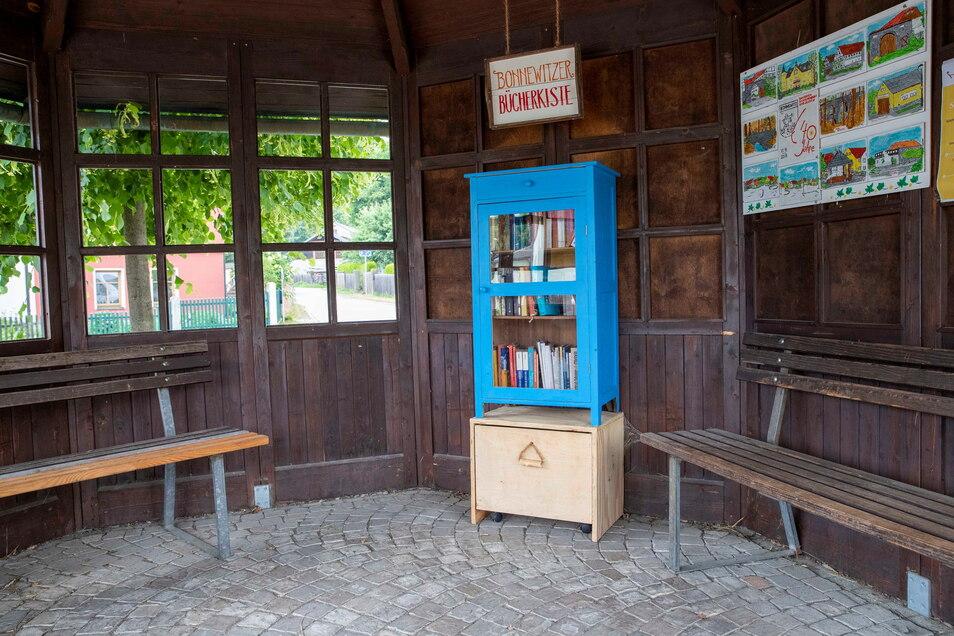 In dem Schutzhäuschen auf dem Bonnewitzer Rundling bringt Warten auf den Bus so richtig Spaß. Hier gibt es jetzt eine öffentliche Bücherkiste.