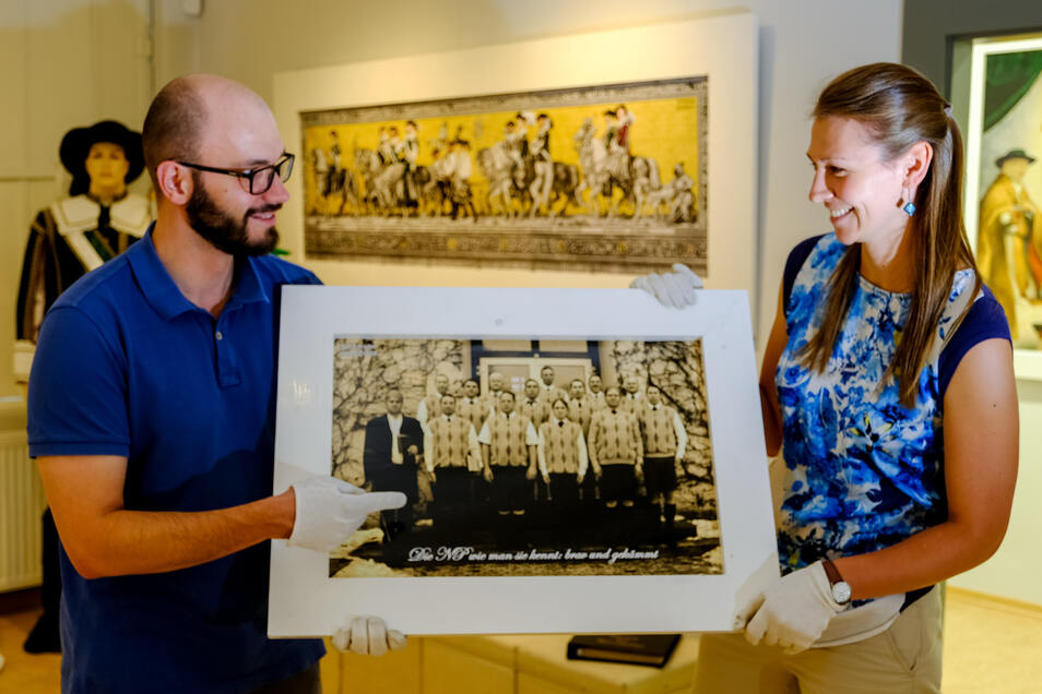 Nicht ohne Schmunzeln betrachten die Mitarbeiter Magdalena Lorenz und Robert Rösler im Heimatmuseum Radeburg die Exponate zur Sonderausstellung 60 Jahre städtische Narrenpolizei.